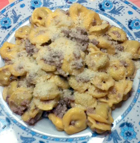 Tortellini con salsiccia e panna ai funghi