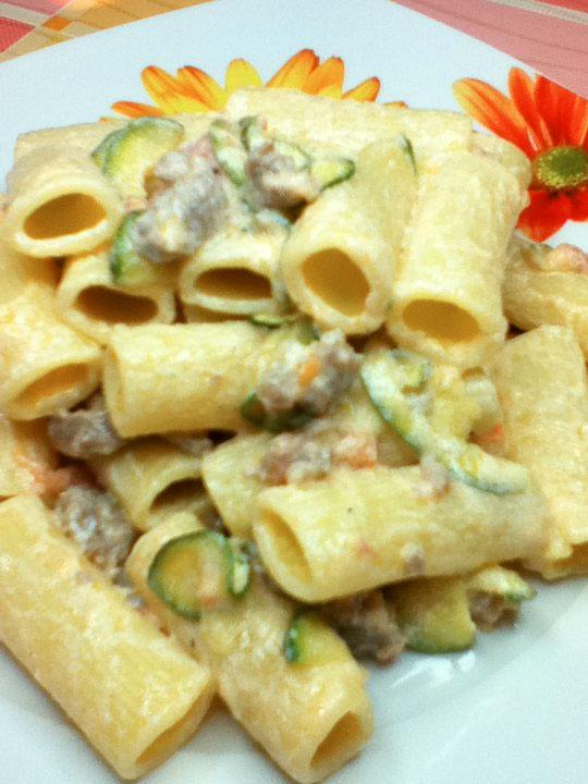 Rigatoni con ricotta, salsiccia e zucchine