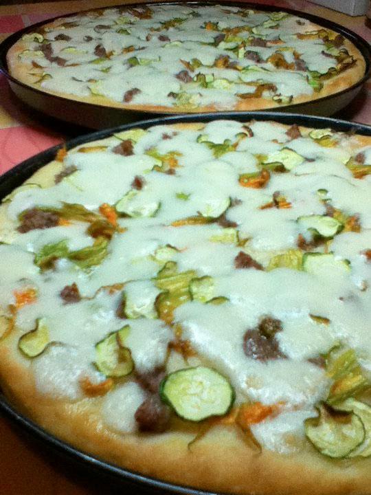 Pizza con fiori di zucca, salsiccia e zucchina