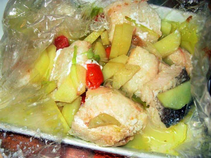 Baccalà al forno con pomodorini, patate e vinchef in carta fata