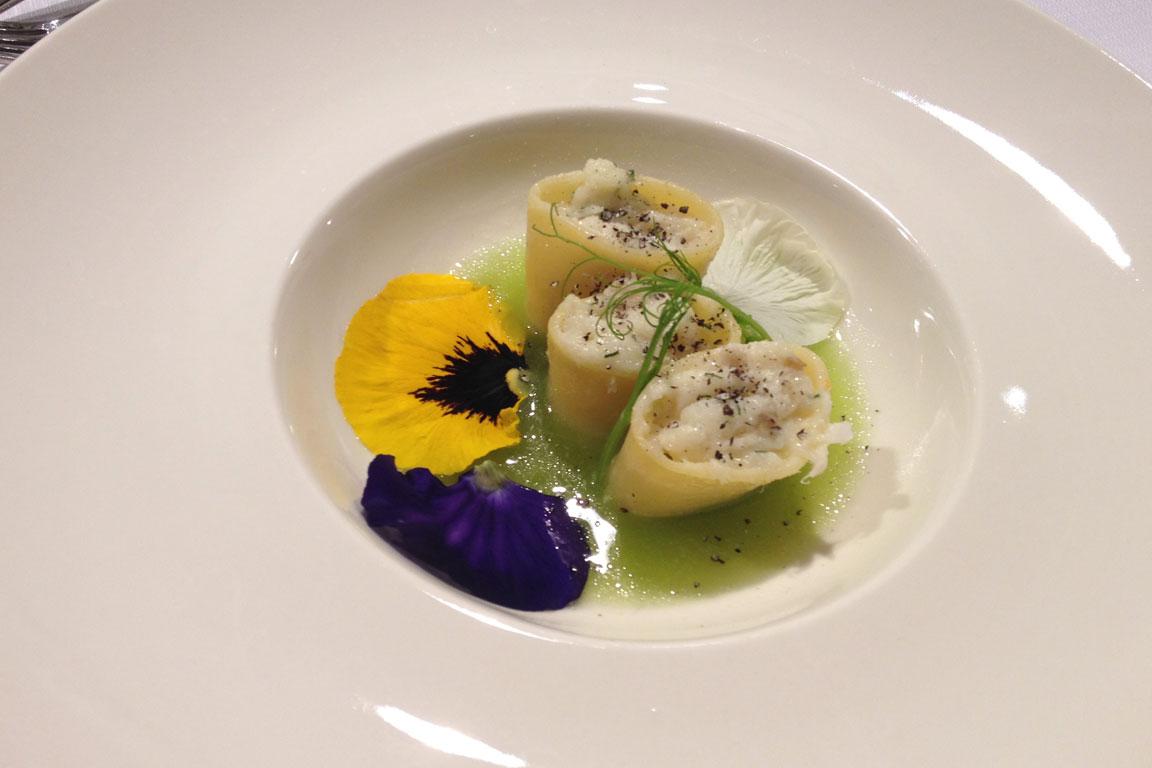 Calamarata di gragnano ripiena di baccalà mantecato all'aneto e grani del paradiso, su acqua di sedano, mela verde e lemongrass