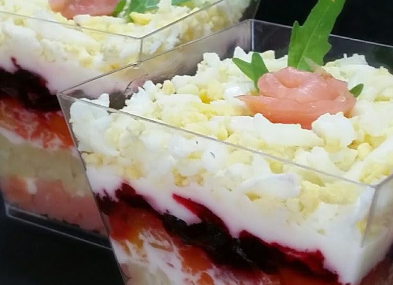 Antipasto di salmone, uova e verdura in bicchiere