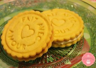 Biscotti con ripieno al cioccolato bianco