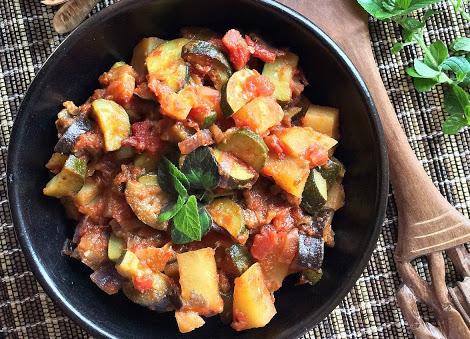 Fotografia Caponata di verdure con garam masala
