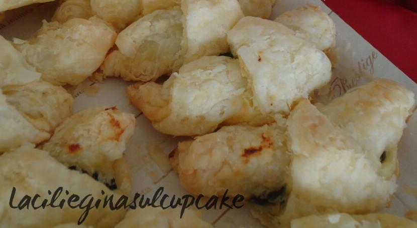 Cornetti di pasta sfoglia con ricotta e spinaci
