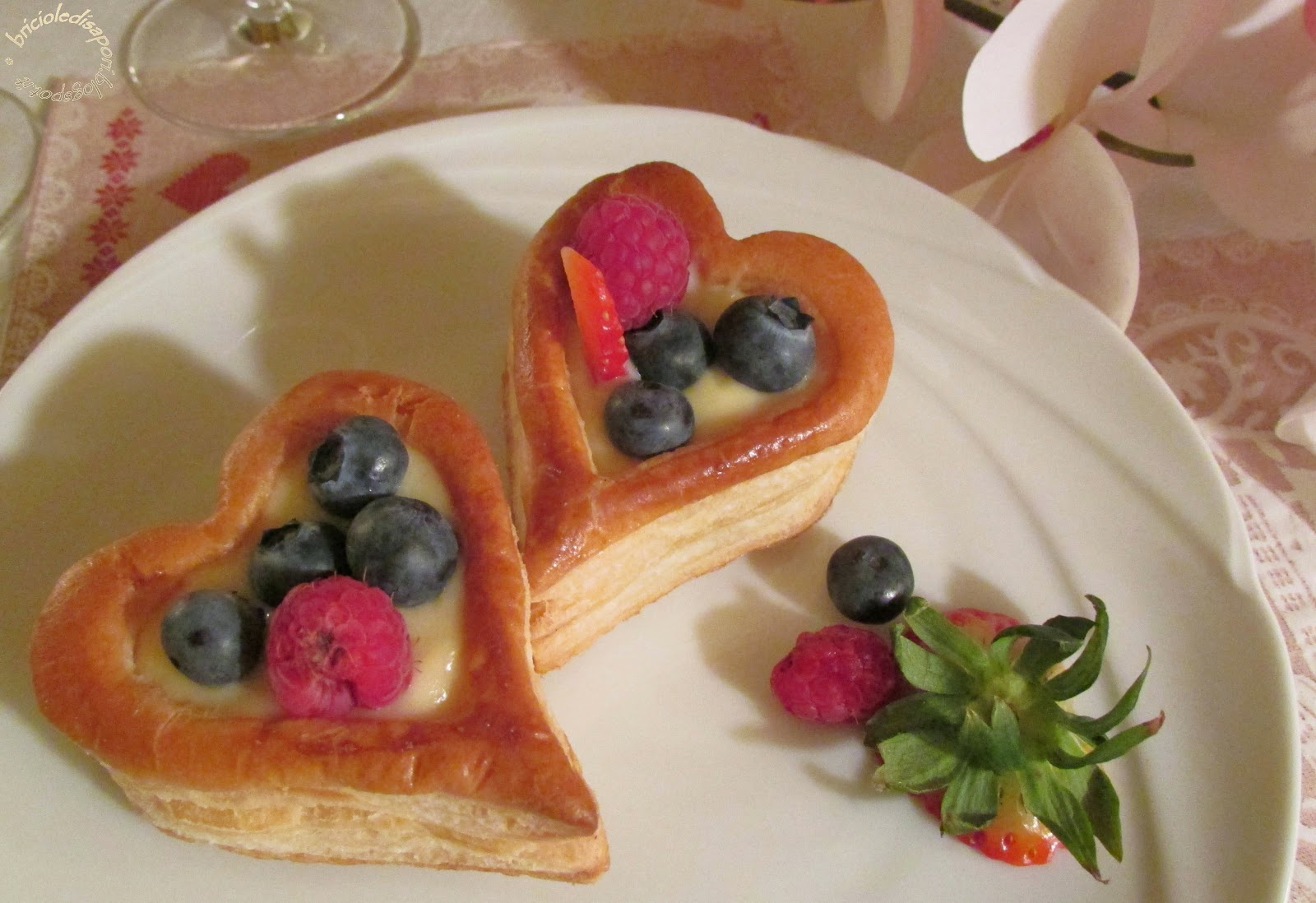 Cuor di pasta sfoglia con crema pasticcera e frutti di bosco