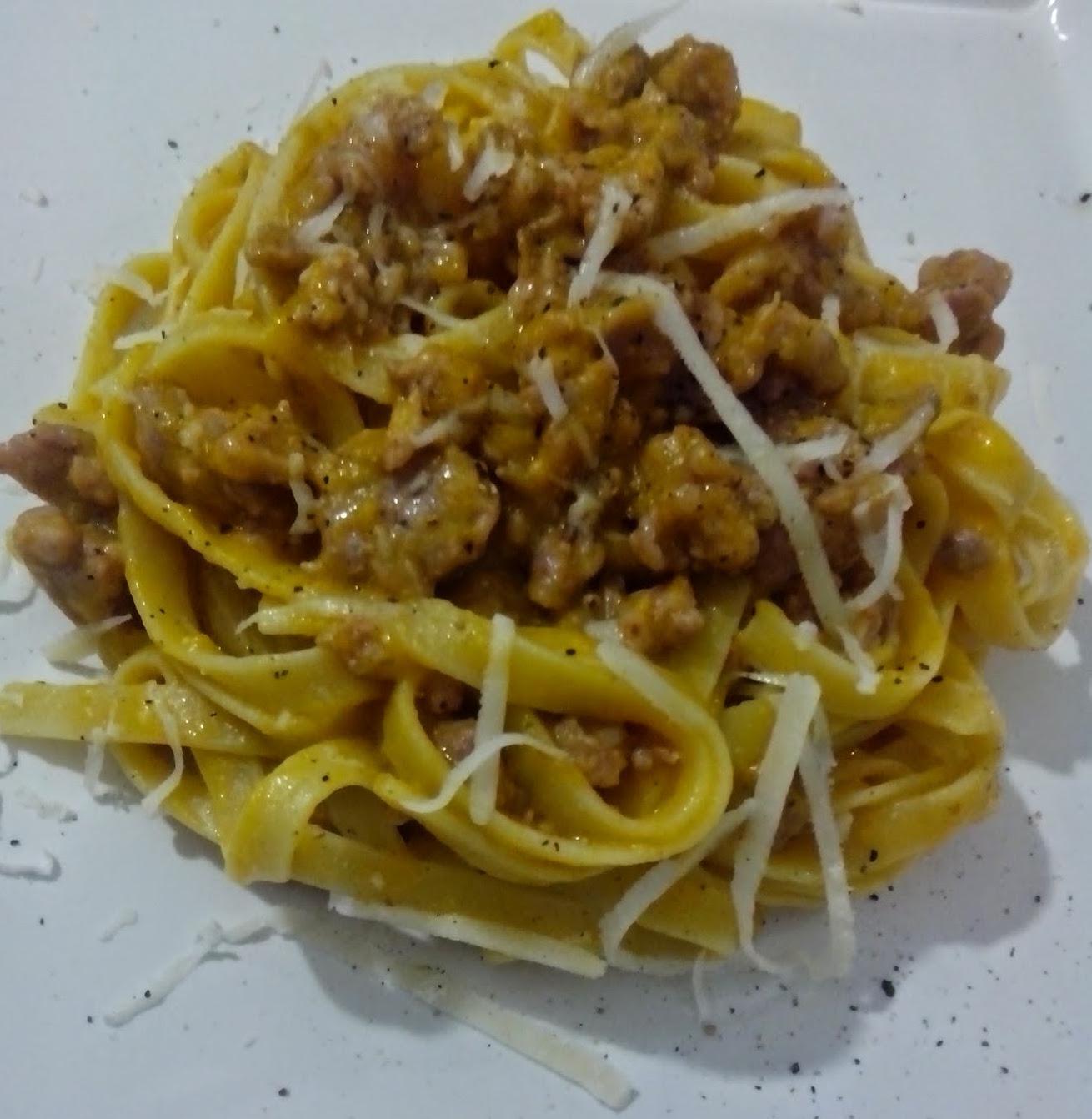 Fettuccine con crema di zucca e salsiccia
