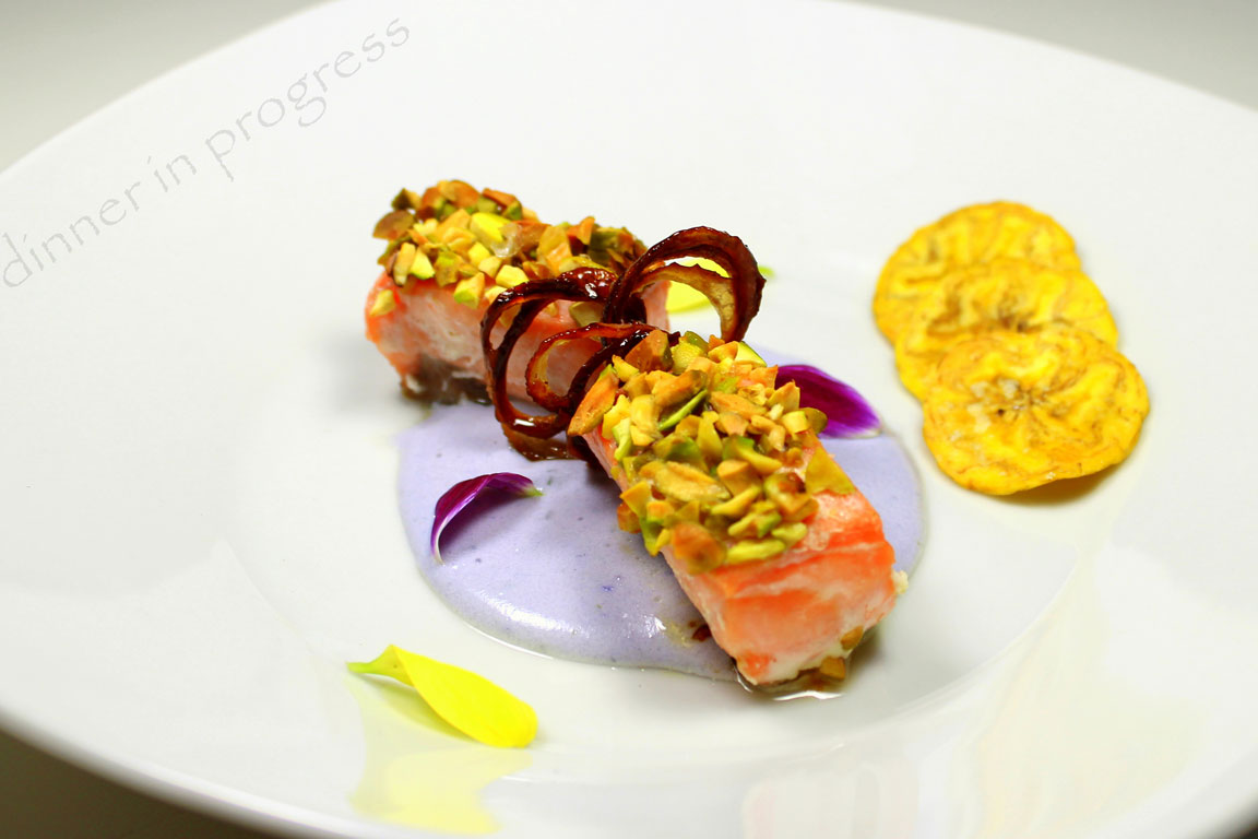Ricetta Salmone Con Pistacchi.Filetto Di Salmone In Crosta Di Pistacchi Su Crema Di Patate Viola Ricetta