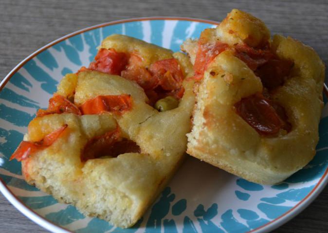 Focaccia con pomodori ed olive verdi