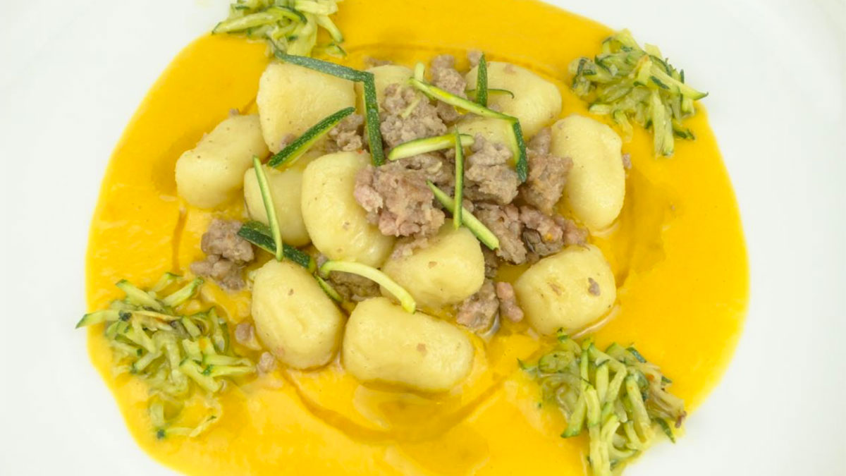Gnocchi al ragù bianco con crema di peperoni e zucchine