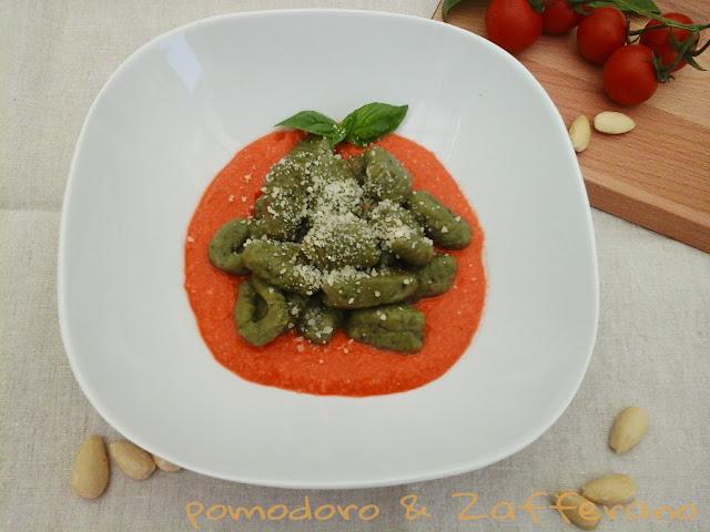 Gnocchi verdi di basilico con pesto di pomodoro e mandorle