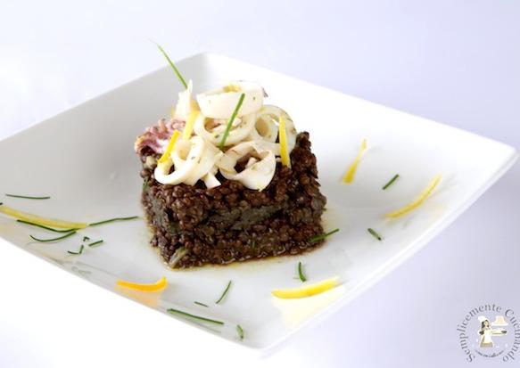 Lenticchie nere e calamari in letto di salsa di agrumi