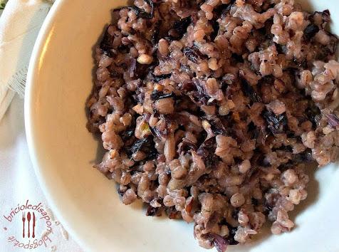 Orzo e radicchio con granella di nocciole
