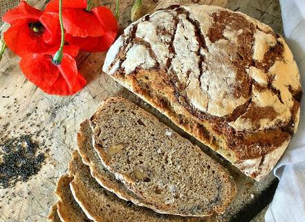 Pane di farina d'orzo con noci e semi di papavero