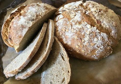Pane rustico con semi di girasole e fiocchi d'avena