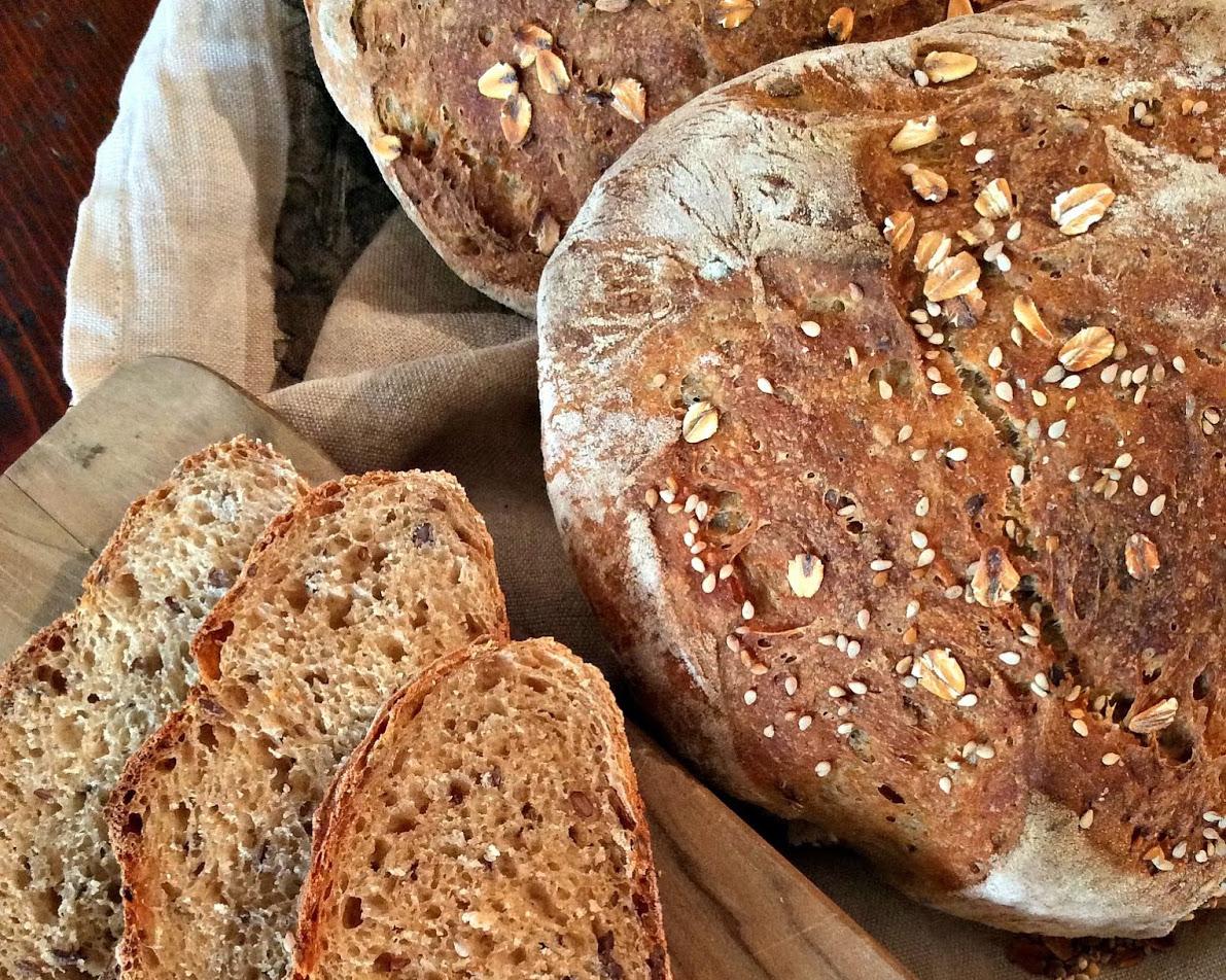 Pane di farine grezze con semi di lino, sesamo e fiocchi d'avena