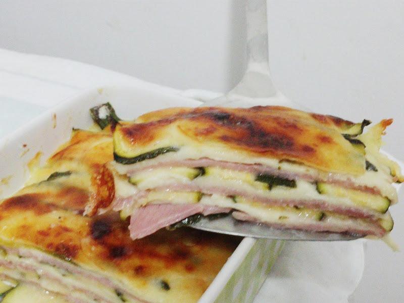 Parmigiana bianca con zucchine formaggio e prosciutto