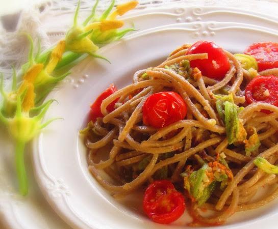 Pasta con fiori di zucca, mandorle e pomodorini