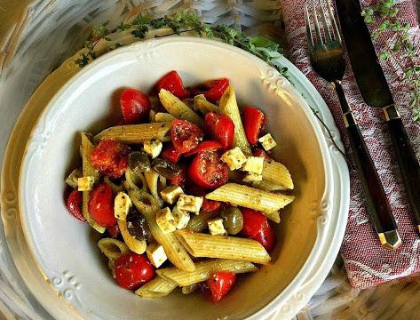 Pasta fredda con pesto, quartirolo, pomodorini e olive taggiasche