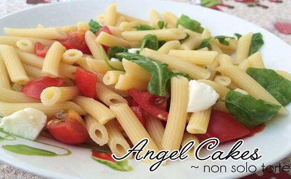 Pasta fresca con basilico pomodoro e mozzarella