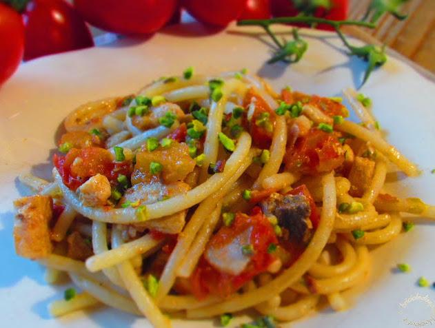 Pasta con pesce spada, pomodorini e granella di pistacchi di Bronte