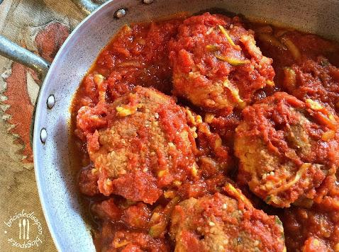 Polpette di ceci in sugo di pomodoro e zucchine