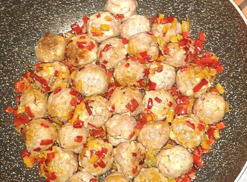Polpette con formaggio e peperoni
