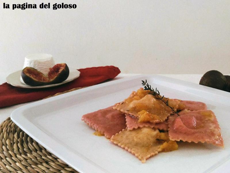 Fotografia Ravioli bicolore con pancetta, ricotta e fichi al timo