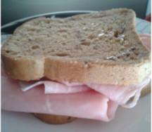 Rotolo di prosciutto e fiocchi di latte in pane integrale senza glutine