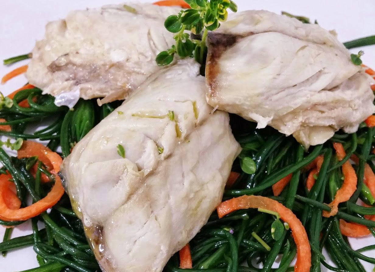 Sgombro cucinato al vapore con agretti e carote
