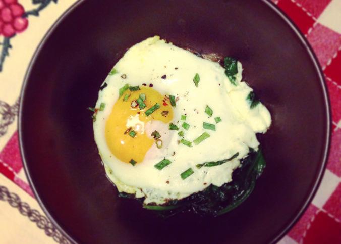 Spinaci e uova in padella ricetta for Cucinare 2 uova
