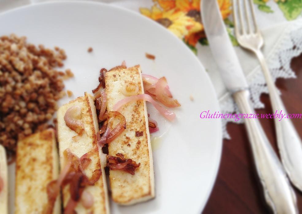 Tofu caramellato accompagnato con grano saraceno