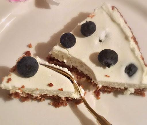 Torta con yogurt, panna, mirtilli e nutella