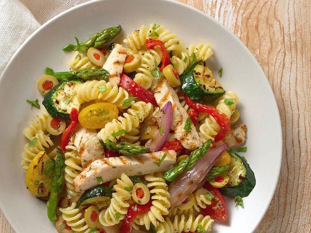Fusilli in insalata con pollo e verdure