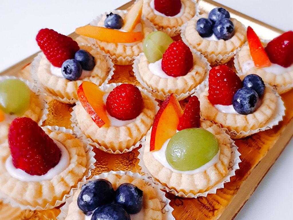 Pasticcini con frutta fresca e base di yogurt